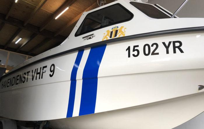 Stadshavens Medemblik - Patrouilleboot met bijzondere stickers